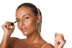 Het toepassen van mascara Stock Fotografie