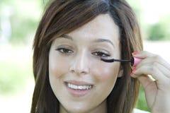 Het toepassen van mascara Royalty-vrije Stock Afbeeldingen
