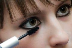 Het toepassen van mascara Stock Afbeelding