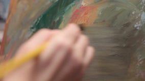Het toepassen van Olieverven op Abstract Canvas stock footage
