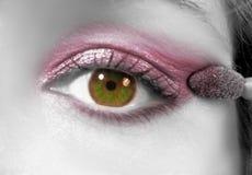 Het toepassen van oogschaduw Stock Afbeelding