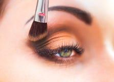 Het toepassen van oogschaduw op ooglid Stock Fotografie