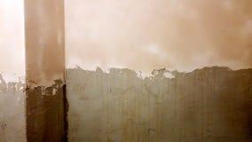 Het toepassen van pleister op de muren Stock Afbeeldingen