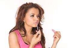 Het toepassen van roze lipgloss Stock Foto