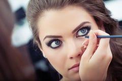 Het toepassen van vloeibare eyeliner stock fotografie