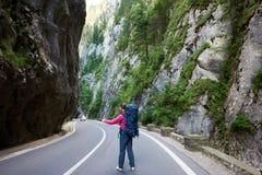 Het toeristenwijfje haalt auto op weg in Bicaz-Kloof stock fotografie