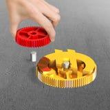Het toestel van de handholding om met het toestel van het muntsymbool te combineren Stock Fotografie