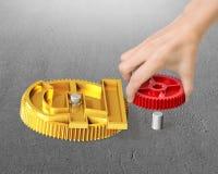 Het toestel van de handholding om met het toestel van het muntsymbool te combineren Stock Foto