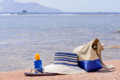 Het toestel van het damesstrand op een tropisch strand Royalty-vrije Stock Fotografie