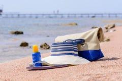 Het toestel van het damesstrand op een tropisch strand Stock Afbeeldingen