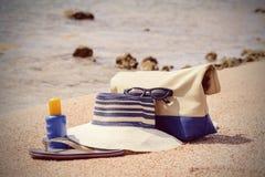 Het toestel van het damesstrand op een tropisch strand Royalty-vrije Stock Foto's