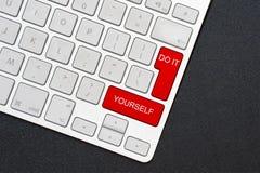 Het toetsenbord doet het zelf op de zwarte achtergrond stock afbeelding