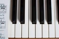 Het toetsenbord en het bladmuziek van de piano royalty-vrije stock afbeeldingen