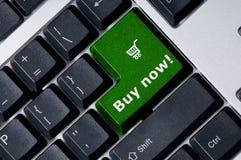 Het toetsenbord met groene sleutel koopt nu Stock Foto's