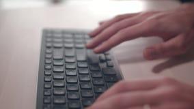 Het toetsenbord van de computer De Camera is in Motie - op Dolly stock video