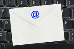 Het toetsenbord van de computer en e-mailbrief Stock Foto