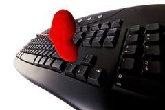 Het toetsenbord van de computer en een geïsoleerd hart Stock Foto's
