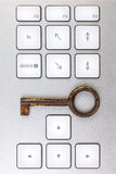 Het toetsenbord van de computer met antieke sleutel Stock Foto's