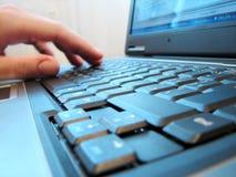 Het toetsenbord van de computer met menselijke hand Stock Afbeeldingen