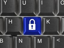 Het toetsenbord van de computer met veiligheidssleutel stock foto's