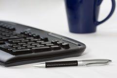 Het toetsenbord van de computer, pen en koffiekop Royalty-vrije Stock Foto's