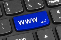 Het toetsenbord van het computernotitieboekje met Internet-sleutel Stock Foto's