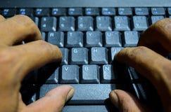 Het toetsenbordcomputer van de hand mannelijke pers op selectieve nadrukachtergrond royalty-vrije stock foto