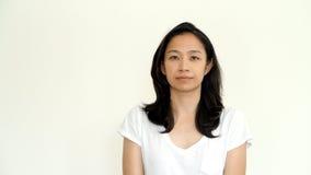 Het toevallige Aziatische meisje op wit achtergrond het glimlachen gezicht met ontspant te Stock Afbeeldingen