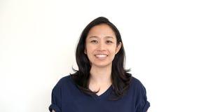 Het toevallige Aziatische meisje op wit achtergrond het glimlachen gezicht met ontspant te Royalty-vrije Stock Foto's
