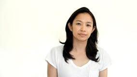 Het toevallige Aziatische meisje op wit achtergrond het glimlachen gezicht met ontspant te Royalty-vrije Stock Afbeeldingen