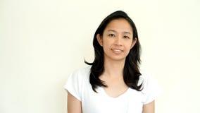 Het toevallige Aziatische meisje op wit achtergrond het glimlachen gezicht met ontspant te Royalty-vrije Stock Fotografie