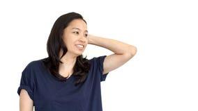 Het toevallige Aziatische meisjes witte achtergrond het glimlachen gezicht met ontspant T-stuk s Royalty-vrije Stock Afbeeldingen