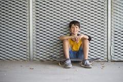 Het toevallige geklede jonge het glimlachen portret van de tienerschaatser in openlucht royalty-vrije stock foto
