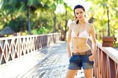 Het toevallige kijken jonge vrouw in bikini status Stock Afbeeldingen