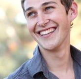 Het toevallige knappe jonge mens glimlachen Stock Afbeeldingen