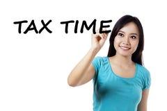 Het toevallige meisje schrijft belastingstijd Stock Fotografie