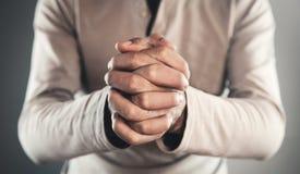 Het toevallige mens bidden Concept voor godsdienst, gebed en spiritualiteit royalty-vrije stock afbeelding