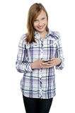 Het toevallige overseinen van het tienermeisje haar vrienden Stock Afbeelding