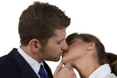 Het toevallige paar kussen royalty-vrije stock afbeeldingen