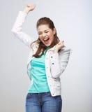 Het toevallige stijl jonge vrouw stellen op studioachtergrond Stock Foto