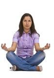 Het toevallige vrouw mediteren royalty-vrije stock fotografie