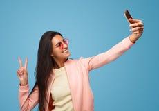 Het toevallige vrouw stellen voor selfie royalty-vrije stock afbeelding