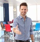 Het toevallige zakenman aanbieden dient vergaderzaal in Royalty-vrije Stock Foto