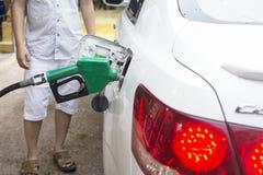Het toevoegen van brandstof stock foto