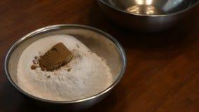 Het toevoegen van bruine suiker in een mengsel stock footage