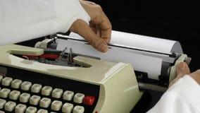 Het toevoegen van document aan Schrijfmachine stock footage