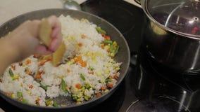 Het toevoegen van fig. aan pangebraden gerechtmaaltijd van heerlijke asperge, peper, graan, wortel stock videobeelden
