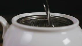 Het toevoegen van Kokend water in de Ketel stock video
