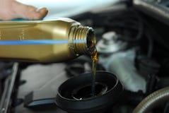 Het toevoegen van Olie aan een Auto royalty-vrije stock afbeelding