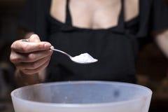 Het toevoegen van Suiker bij het beslag Royalty-vrije Stock Fotografie